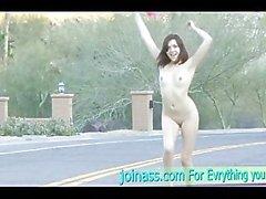 A Cassie posando fuera natural de Amateur atractivo de desnudo en las tetas de la piscina del coche