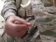 Kåt soldat fjantar Off & Cums at Work