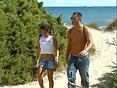 gebruinde tiener op het strand