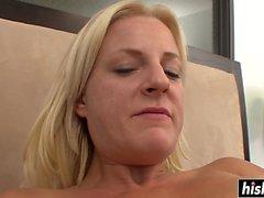 Blonde en résilles avec passion elle-même pleasuring