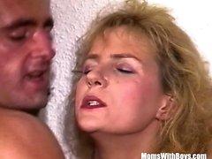 Blonde MILF Sexy Strümpfe fickt einen Mann in rosa String
