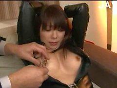 Bondaged Jap wird haarige Möse gehänselt