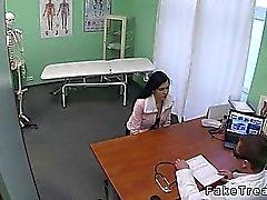 Маленький синицы брюнетки пришел доктору по грудок имплантатов и вскоре она трахается в кабинете