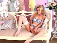 Frecher Blond Michelle Moist in sexy Dessous