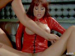 Kırmızı lateks bir kıyafet büyük titted Gia Dimarco uzun süre horoz alır