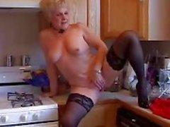 Grand-mère même sexy dispose d'un chatte trempée