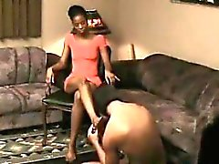 Pieds Blacks Worshipping un esclave Femme