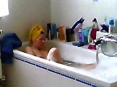 Spied mi mamá afeitado su coño en el baño
