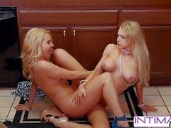 Интимные лесбиянки - Смотреть Аликс и Аалия едят друг друга крошечной мокрой киской