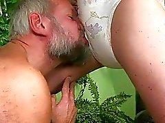 El abuelo coger y orinando en chica sexy