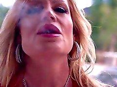 Sexig Kelly i Madison består i rökning varm med en Stogie