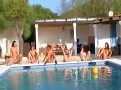 Six adolescencias desnudos en la piscina desde Rusia