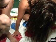 Sexy chicas les gusta jugar Twister desnudo
