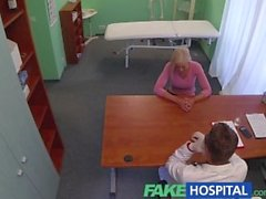FakeHospital Blonde прельщает врача добраться свой собственный путь
