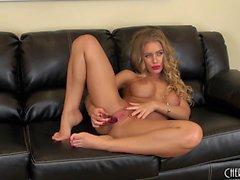 Грудастая пупсикка Николь Энистон сидит на диване, играя в свою любовную дыру