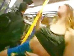 britische Schlampen laura und Kelly zu blinken und fingert an der U-Bahn