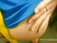 İngiliz laura ve kelly'yi kızdırıyor ve yeraltında parmaklıyor