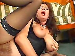 Superb Hairy Mature Squirts Terwijl Fucking Young Cock