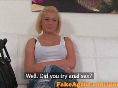 FakeAgent Blonde uskomattomia luonnollisia tissit johdatellaan sukupuolta
