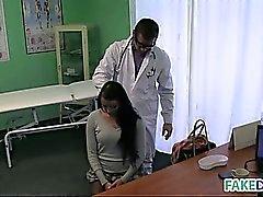 La ragazza bruna si fa il medico scopata ospedaliero finto