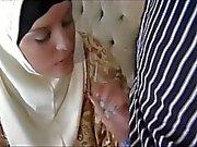 Muslimin in Kopftuch bietet eine herrliche Karosserie und liebt zu bumsen