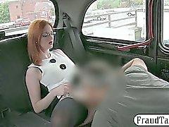 Las tetas mejoradas Redhead que aficionado puta de clavada para el taxi