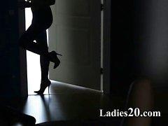 Zwei Mädchen in Latex- Knall mit Bügel auf