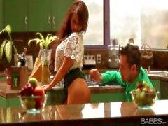 Gentlewoman lusso con un vasetto sottaceti miele , a Madison dell'edera , fa i suoi l'uomo in cucina