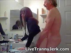La hijastra está emocionada de chupar ese pecker gorda grande y obtener golpeado en varias posiciones por este hombre guapo