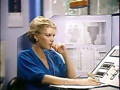 Kille med mustasch plogar busty blondin på kontoret