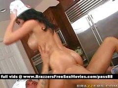 Amabile nuda del brunette nella sua cucina ottiene un pompino