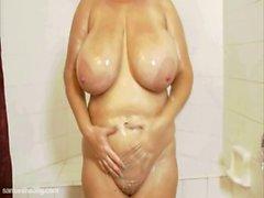 Reizvolle Samanthas 38G Schaum Up ihre riesigen Titten sowie Muschi
