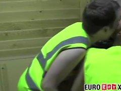 Horny молодых людей Анилингус задницу и дует петух на складе
