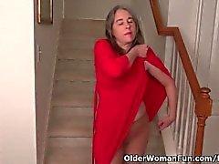 American Milf Kelli Streifen aus und masturbiert auf der Treppe