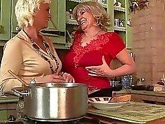 Två morföräldrar och tonåring i varmt lesbisk verkan