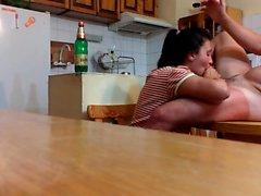 Succhiare cazzo sul tavolo della cucina