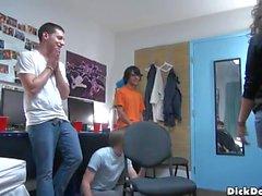 Los muchachos gay locos disfrutan de un acto de grupo y chupan weenies