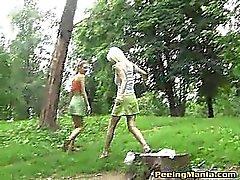 Garotas equitativas no do minis fazer a pee ao ar livre