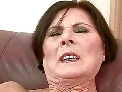 Bösen Oma bekommt ihr haarige Pussy hart durchgefickt