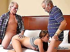 Teen Naomi Alice obtient Spit rôti par les vieux hommes