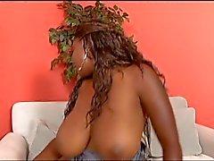 Busty Ebenholz Hure umgreift ihre fetten ass und verleiht einen geblasen