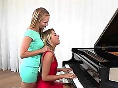 Kiimainen Teen Lesbo viettelee hänen Piano Teacher