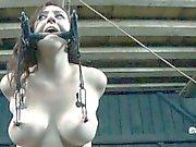 Hotty trägt die ein Eisen helmet bei der Sex Pelz pie Bohr-