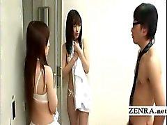 Maestro del nudista se hace las escolares cambiar a de uniformes