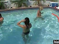 Belles filles se détendre dans la piscine
