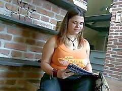 Ein junges schöne Konturen dreht sich zu ihrer ersten Porno-Film