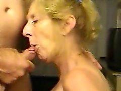 Blonda moget fru älskar sperm