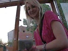 PublicAgent Katia wird in einem Obdachlosenheim gefickt