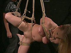 Große breasted Blondie mit durchstochen Zitzen erhält bestraft hart