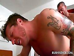 Parafuso prisioneiro nu recebe seus gay bunda fodida por massagista sensual